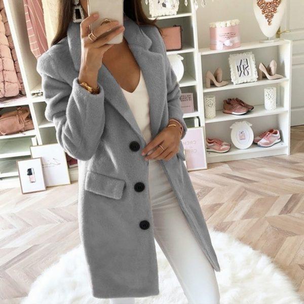 Elegantní dámský kabát s límcem v jednoduchém střihu