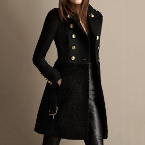 Dlouhý dámský kábát s knoflíky a výstřihem