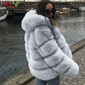 Kožušinový kabát s kapucňou