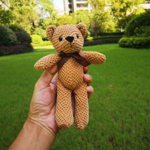 Roztomilý vycpaný plyšový medvídek s mašličkou