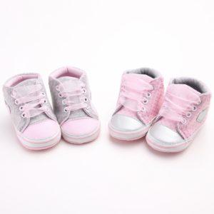 Novorozené roztomilé botičky s tylovými růžovými tkaničkami